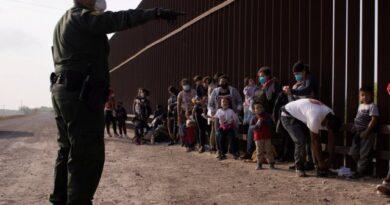 Juez de EEUU prohíbe expulsar a familias migrantes sin dejarles pedir asilo